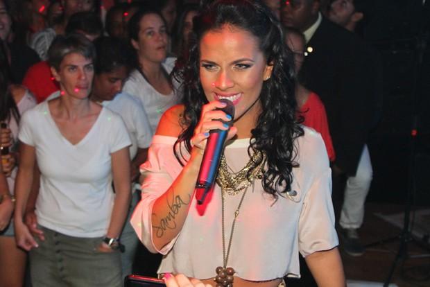 Ju Moraes faz show em Salvador (Foto: Amauri Nehn e Thiago Duran/Agnews)