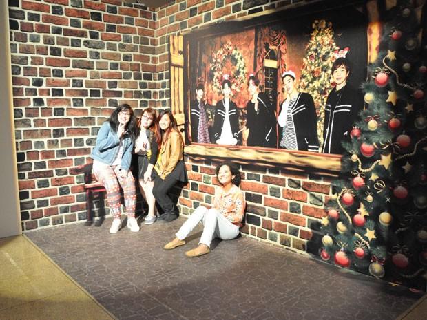 Fãs da boyband sul-coreana Mr. Mr. fazem foto na mostra da Cinemateca Brasileira (Foto: Divulgação)