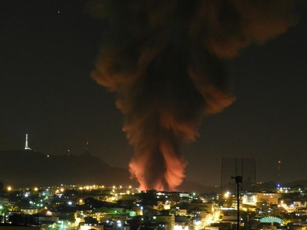 Coluna de fumaça vista da Freguesia do Ó, na Zona Norte (Foto: Vinicius dos Santos/VC no G1)
