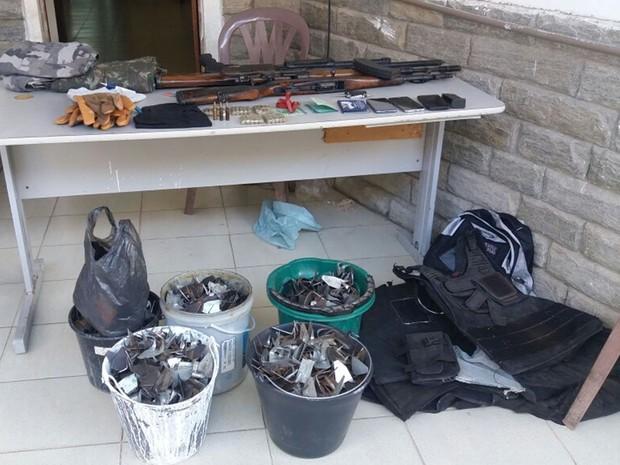 Explosivos, munições e grampos estavam dentro de carro apreendido (Foto: Marcos Vanconcelos/TV Paraíba)
