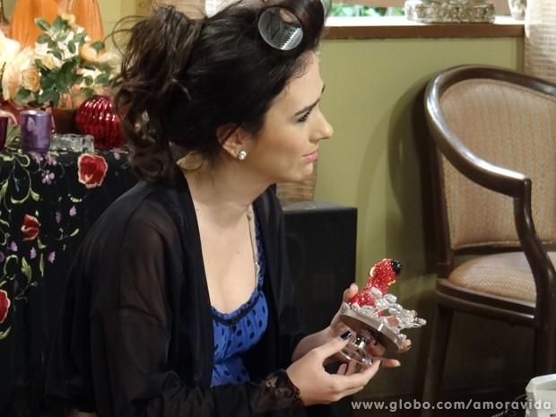 Ela logo lembra de quem realmente ama... (Foto: Amor à Vida / TV Globo)