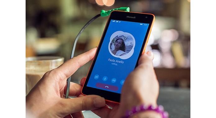 lumia-535-destaque-na-mao (Foto: Lumia 535 tem tela de 5 polegadas (Foto: Divulgação/Microsoft))