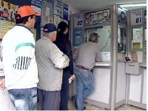 Movimento na lotérica na manhã desta quinta-feira (12) (Foto: Reprodução / RPC TV)