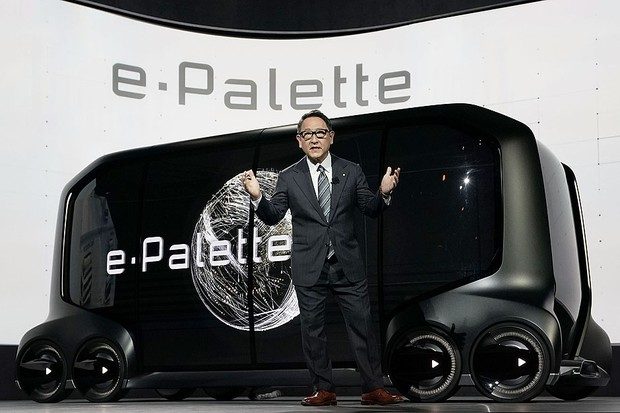 LAS VEGAS, NV - JANUARY 08:  President of Toyota Motor Corporation Akio Toyoda speaks in front of the e-Palette Concept Vehicle, a fully autonomous, battery-electric vehicle with open control interface to allow partner companies to install their own autom (Foto: Getty Images)