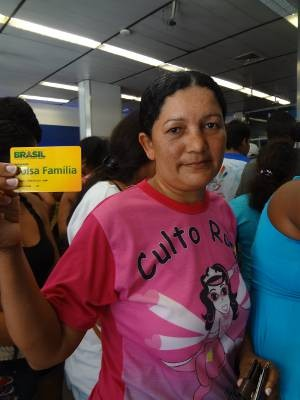  Sandra Lopes, 40, mora em Mosqueiro, distrito de Belm, e foi em busca do benefcio. (Foto: Dominik Giusti/G1)