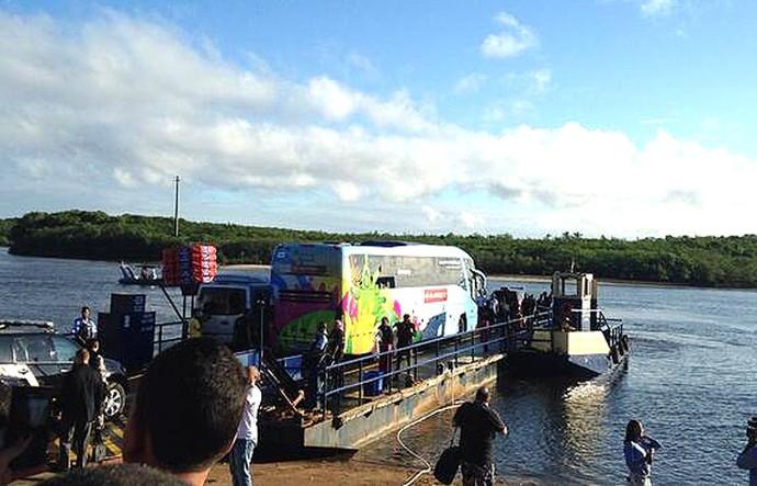 Ônibus da Alemanha atravessou de balsa o Rio João de Tiba a caminho de Santo André (Foto: Victor Canedo)