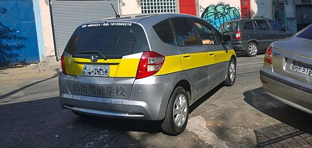 Aluno em carro de autoescola especializada no atendimento de chineses tenta fazer vaga na Barra Funda. (Foto: Ardilhes Moreira/G1)
