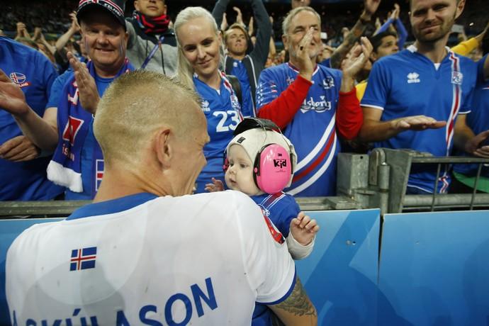 Skulason segura filho no colo diante da esposa depois da eliminação da Islândia da Eurocopa (Foto: REUTERS/John Sibley)