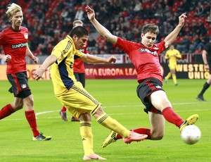 Wollscheid e Cristaldo, Bayern Leverkusen e Metalist (Foto: Agência Reuters)