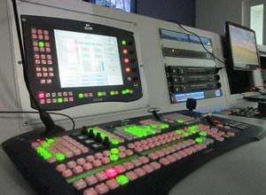 O Switcher comanda um telejornal.  (Foto: André Santos/TV Clube)