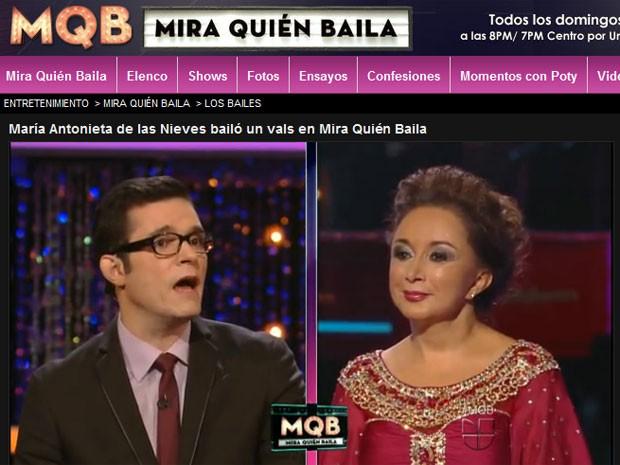"""A atriz María Antonieta de Las Nieves ouve jurado do programa de dança """"Mira quién baila"""" no canal Univisión (Foto: Reprodução / Univision.com)"""