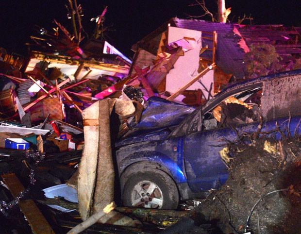 Tornado causou destruição na comunidade de Fairdale, nos EUA nesta quinta-feira (9); uma pessoa morreu (Foto: /Daily Herald, Patrick Kunzer/AP)