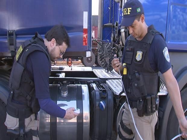 Policiais durante fiscalização na BR-153 em Rio Preto (Foto: Reprodução/ TV TEM)
