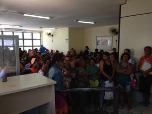 Beneficiários reclamam do calor e da falta de assentos.  (Foto: Roberta Cólen/G1)