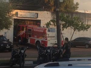Bombeiros foram acionados para controlar o fogo na unidade (Foto: Marcelo Marques/G1 RR)
