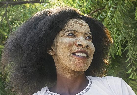 Protegida pela sombra de uma árvore neem, uma jovem Vezo usa a máscara masonjoany no rosto. (Foto: © Haroldo Castro/Época)