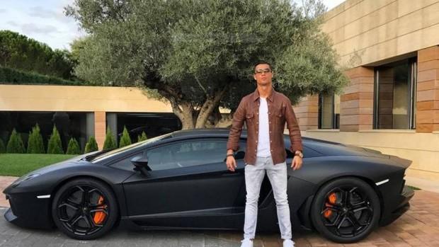CR7 e sua Lamborghini: piada mesmo só a pose (Foto: Reprodução/Instagram)