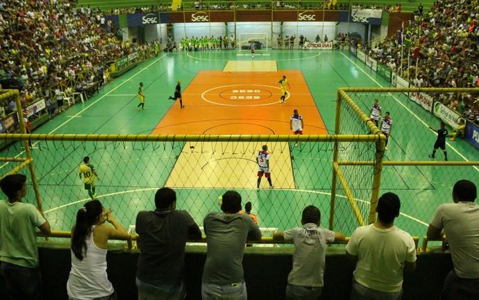 O ginásio ficou lotado para ver Garapa e Curaçá  (Foto: Emerson Rocha)