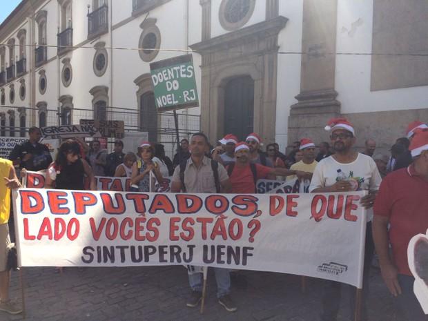 Ativistas ligados ao Movimento Unificado dos Servidores Públicos (Muspe) se reunem desde às 10h  (Foto: Gabriel Barreira)