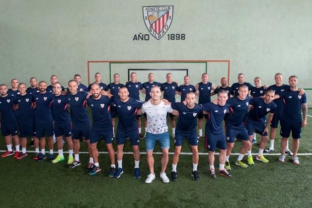 Elenco do Athletic Bilbao raspa a cabeça em apoio a companheiro com câncer (Foto: reprodução )