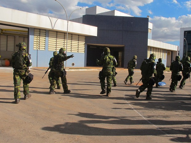 Homens do Exército ocupam área após ocorrer a explosão (Foto: Káthia Mello/G1)