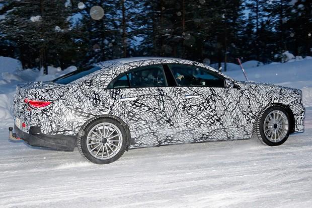 Novo Mercedes CLA é flagrado em testes pela primeira vez (Foto: Automedia)