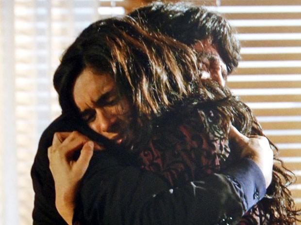 Dom Rafael se emociona ao rever a filha (Foto: Flor do Caribe / TV Globo)