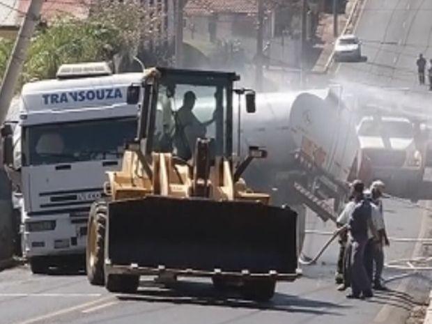 Bombeiros fizeram o rescaldo nos tanques de combustível  (Foto: reprodução/TV Tem)