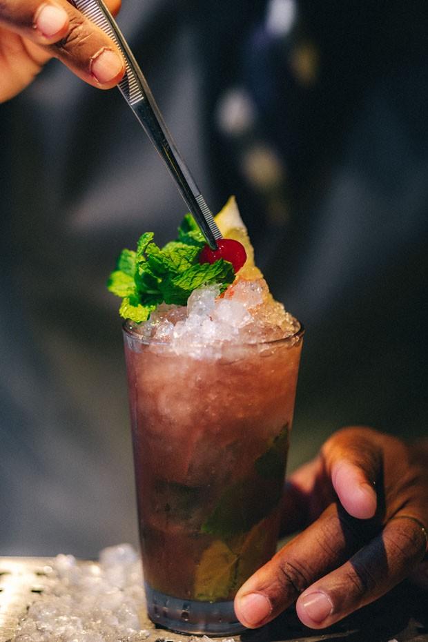 Mojito de cereja: drink certo para refrescar no verão (Foto: Thais Bittar/Divulgação)