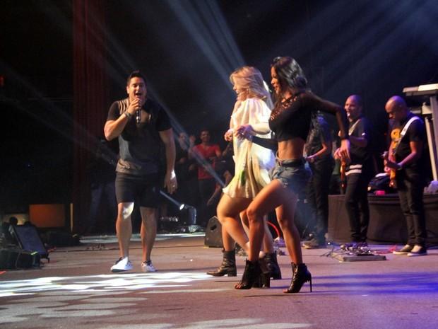 Carla Perez e Fernanda D'Avila dançam em show do Harmonia do Samba no Rio (Foto: Graça Paes/ Foto Rio News)