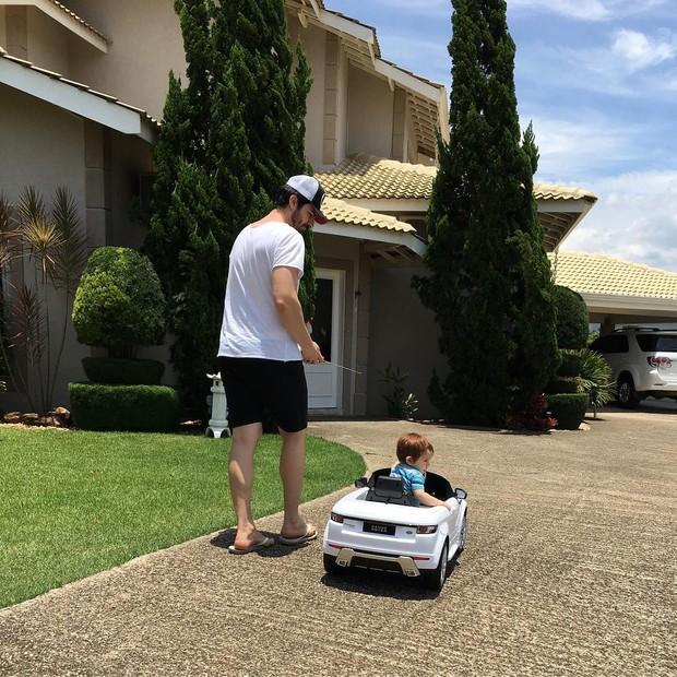 Rodrigão brincando com o filho (Foto: Reprodução/Instagram)