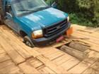 Morador de São Roque registra caminhão entalado em ponte