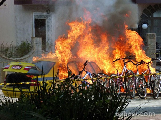 A bomba explode e detrói o carro e tudo que estava ao seu redor (Foto: Malhação / TV Globo)