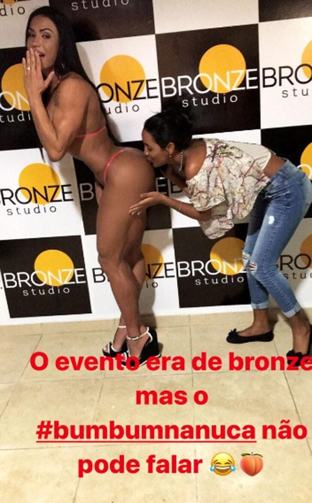Gracyanne Barbosa recebe carinho ousado de fã (Foto: Reprodução)