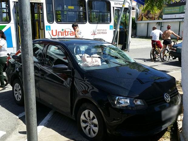 Carro bateu em muro após colidir com ônibus em João Pessoa (Foto: Walter Paparazzo/G1)