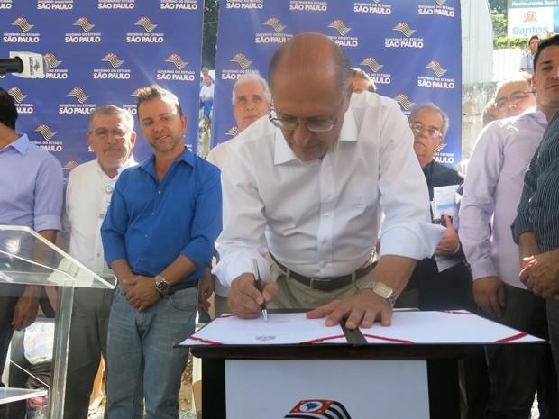 Geraldo Alckmin assina o repasse de verba para a construção de policlínicas (Foto: Mariane Rossi/G1)