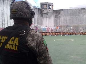 Força Nacional, BPChoque e Agnetes penitenciários conduziram revista (Foto: Divulgação/Sesed-RN)