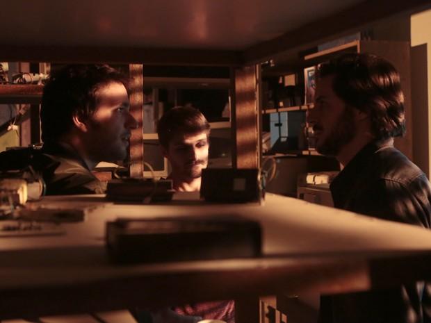 Hacker descobre que Zac e Manu trabalham com dono da Plugar (Foto: Artur Meninea/TV Globo)