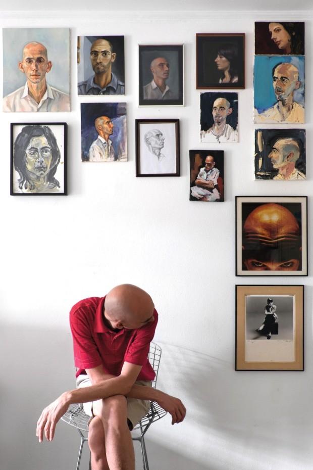 Cara a cara. Na parede de um dos quartos da casa do galerista Renato de Cara, a seleção de retratos mistura diferentes técnicas (Foto: Lufe Gomes / Editora Globo)