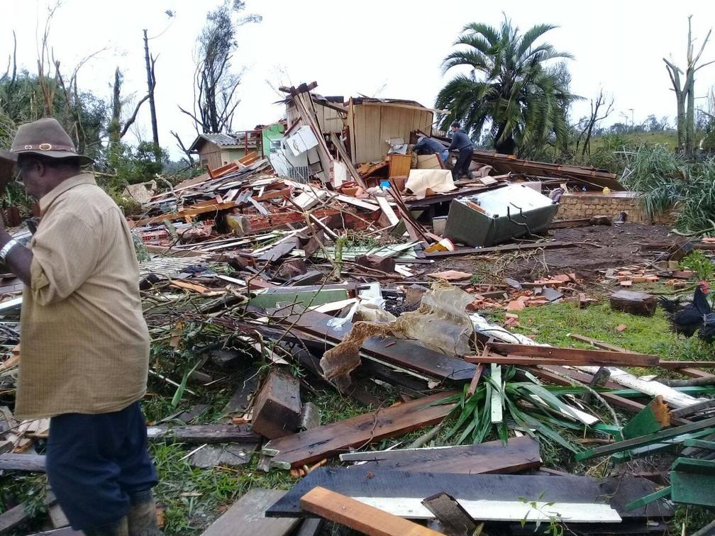 Na Vila Carvoeira, pelo menos 15 famílias estão desalojadas (Foto: Roberto Lichevisk/Arquivo pessoal)
