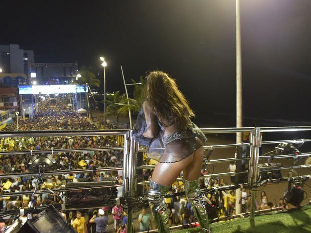 Alinne Rosa cantando no carnaval (Foto: Elias Dantas/Ag. Haack)
