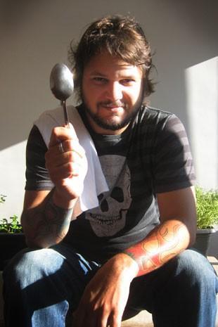 Leo Gonçalves, publicitário que viaja o Brasil trabalhando em restaurantes premiados (Foto: Leo Gonçalves/Arquivo pessoal)