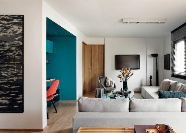 Área de trabalho se destaca por parecer um caixote colorido em meio à sala de estar com paleta neutra (Foto: Mariana Orsi / Divulgação)