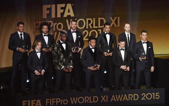 A seleção do ano da Fifa, com quatro brasileiros, três deles defensores (Foto: Getty Images)