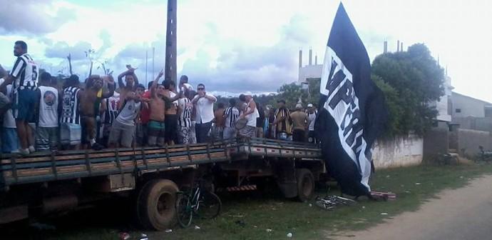 Torcida do Americano assiste ao jogo em caminhões (Foto: Ronaldo Barcelos)