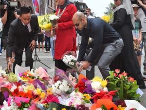 Representantes da comunidade muçulmana depositam flores em local próximo ao café onde 17 pessoas foram feitas reféns na Austrália (Foto: William West/AFP Photo)
