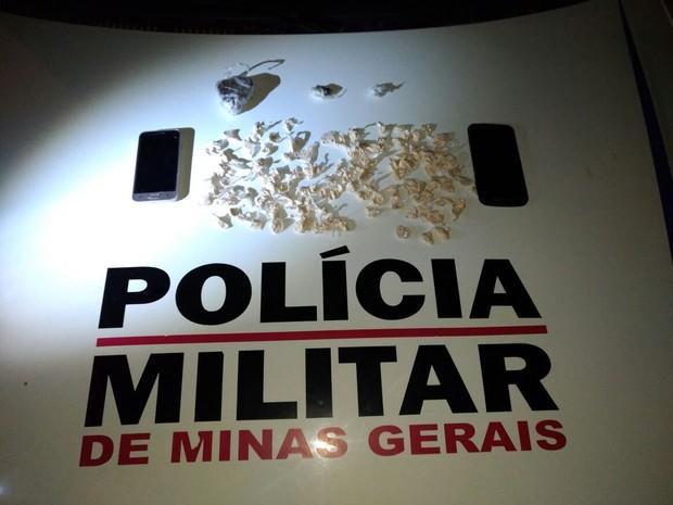 Foram apreendidas maconha e cocaína (Foto: Polícia Militar/ Divulgação)