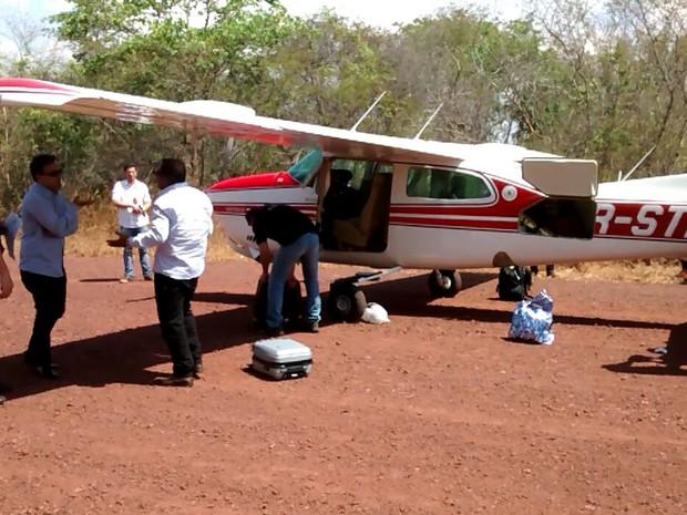 Avião monomotor A210 estava carregado com R$ 50 mil que foi apreendido pelos policais em Passagem Franca (Foto: Divulgação/Ministério Público do Maranhão)