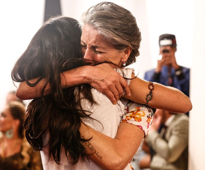 Mãe e filha na trama, Cassia Kis e Vanessa Giácomo dão um abraço emocionado (Foto: Ellen Soares/Gshow)