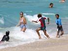 Heidi Klum mostra boa forma em dia de praia com os filhos no Caribe